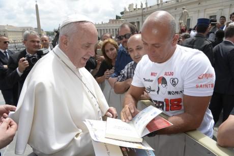 """Sueño cumplido, entregarle en mano al Papa Francisco mi libro: """" Superarse es Ganar"""""""