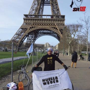 La foto que resume la aventura: en la parisina Torre Eiffel. Tardó ocho días en llegar.